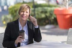 Портрет сидеть бизнес-леди ослабил на внешнем кафе Стоковые Фото