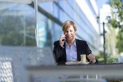Портрет сидеть бизнес-леди ослабил на внешнем кафе Стоковое фото RF
