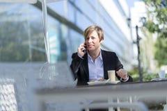 Портрет сидеть бизнес-леди ослабил на внешнем кафе стоковая фотография rf