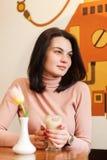 Портрет симпатичного женского выпивая latte на столовой стоковая фотография rf