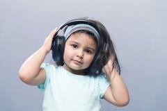 Портрет симпатичного ребенк в наушниках Стоковое Изображение RF