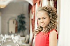 Портрет симпатичной курчавой девушки в ресторане Стоковые Изображения
