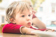 Портрет симпатичной маленькой белокурой девушки outdoors Стоковые Изображения RF