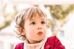 Портрет симпатичной маленькой белокурой девушки outdoors Стоковые Фото
