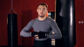 Портрет сильного спортсмена в спортзале спорта боя готовом для боя движение медленное сток-видео