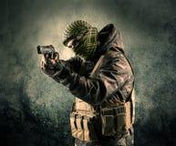 Портрет сильно вооруженного замаскированного солдата с grungy backgroun Стоковые Изображения RF