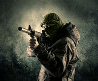 Портрет сильно вооруженного замаскированного солдата с grungy backgroun Стоковое Изображение RF