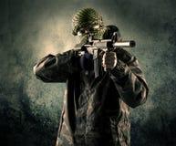 Портрет сильно вооруженного замаскированного солдата с grungy backgroun Стоковая Фотография RF