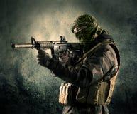 Портрет сильно вооруженного замаскированного солдата с grungy backgroun Стоковые Изображения