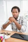 Портрет сконцентрированного вскользь бизнесмена смотря камеру Стоковые Изображения RF