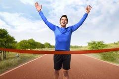 Портрет скрещивания азиатского человека идущего финишная черта Стоковые Фото