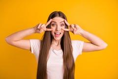 Портрет славного привлекательного прекрасного предназначенного для подростков изолированного подростка имеет окрик клекота лета п стоковое изображение