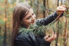 Портрет славной девушки в лесе в осени Стоковое фото RF