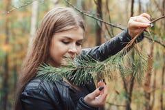 Портрет славной девушки в лесе в осени Стоковая Фотография
