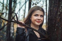 Портрет славной девушки в лесе в осени Стоковые Изображения RF