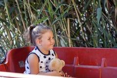 Портрет сладостной маленькой девочки пока сидящ в шлюпке на lak Стоковые Изображения
