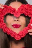 Портрет сладостной совершенной девушки усмехаясь на камере с сердцем сформировал бумагу в ее руках День ` s дня или женщин ` s ва Стоковые Фото