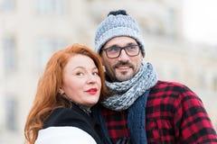 Портрет сладостных пар смотря в различных сторонах Счастливый взгляд семьи в различных направлениях Стоковые Изображения RF