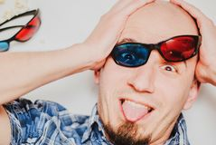 Портрет смешного молодого человека нося стекла 3d на белой предпосылке стоковые фотографии rf