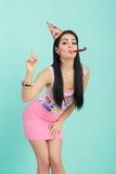 Портрет смешной женщины в шляпе дня рождения и розовой рубашке на голубой предпосылке Торжество и партия потеха отца ребенка имея стоковые фотографии rf