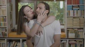 Портрет смешной любящей пары имея большое время совместно лаская и обнимая дома - сток-видео
