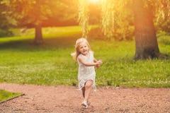 Портрет смешной маленькой девочки бежать в лесе Стоковое Изображение RF