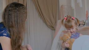 Портрет смешной маленькой девочки и ее матери дома видеоматериал
