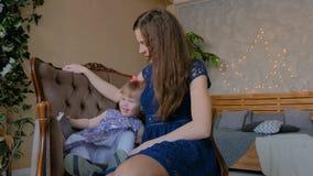 Портрет смешной маленькой девочки и ее матери дома сток-видео