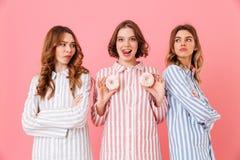 Портрет смешной маленькой девочки 3 одел в пижамах Стоковые Изображения