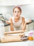 Портрет смешной милой девушки делая тесто на кухне Стоковое Фото