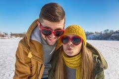 Портрет смешных и сумасшедших пар в любов Смеяться на пришл стоковые фотографии rf