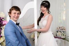 Портрет смешных пар венчание заказа части платья Аксессуары свадьбы Стоковое Фото