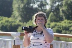 Портрет смеясь над женщины при камера пряча сторону i Стоковая Фотография