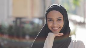 Портрет смеяться головного платка hijab молодой красивой мусульманской женщины нося жизнерадостный в старом городе r сток-видео