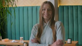 Портрет снятый привлекательной женщины смотря камеру и усмехаясь в городском офисе r сток-видео