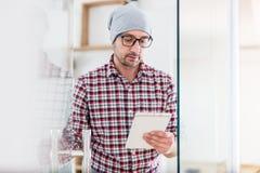 Портрет современного бизнесмена с дверью офиса отверстия прибора пла стоковые изображения