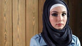 Портрет современной мусульманской женщины нося hijab, стоя на предпосылке сток-видео