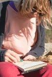 Портрет солнечных очков девушки битника нося и шляпы сидя на утесе внешнем в горах против голубого неба Стоковое Изображение