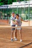 Портрет солнца волос брюнет шарика ракетки девушки суда тренировки девушки теннисиста подростка длинный учит зеленого тренера тре Стоковая Фотография