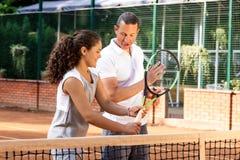 Портрет солнца волос брюнет шарика ракетки девушки суда тренировки девушки теннисиста подростка длинный учит зеленого тренера тре Стоковые Изображения RF