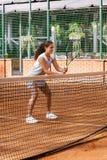 Портрет солнца волос брюнет шарика ракетки девушки суда тренировки девушки теннисиста подростка длинный учит зеленый зеленый цвет Стоковые Изображения RF