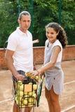 Портрет солнца волос брюнет шарика ракетки девушки суда тренировки девушки теннисиста подростка длинный учит зеленого тренера тре Стоковые Изображения