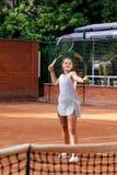 Портрет солнца волос брюнет шарика ракетки девушки суда тренировки девушки теннисиста подростка длинный учит зеленый зеленый цвет Стоковые Фото