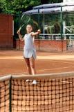 Портрет солнца волос брюнет шарика ракетки девушки суда тренировки девушки теннисиста подростка длинный учит зеленый зеленый цвет Стоковая Фотография