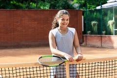 Портрет солнца волос брюнет шарика ракетки девушки суда тренировки девушки теннисиста подростка длинный учит зеленый зеленый цвет Стоковое Фото