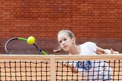 Портрет солнца волос брюнет шарика ракетки девушки суда тренировки девушки теннисиста подростка длинный учит зеленый зеленый цвет Стоковое Изображение RF
