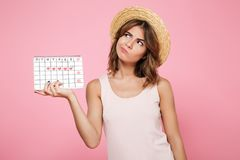 Портрет сомнительной задумчивой девушки в шляпе лета Стоковая Фотография
