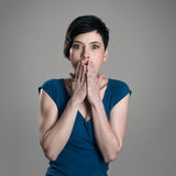 Портрет сотрясенной устрашенной женщины коротких волос милой смотря камеру Стоковые Изображения RF