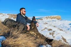 Портрет спокойного путешественника битника с бородой в солнечных очках сидит на природе Стоковая Фотография