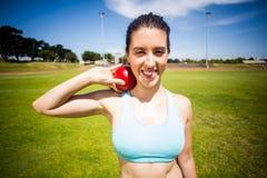 Портрет спортсменки подготавливая бросить шарик толкания ядра Стоковое Фото